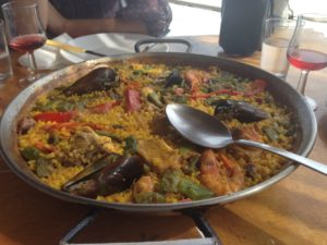 paella in spanien am Strand